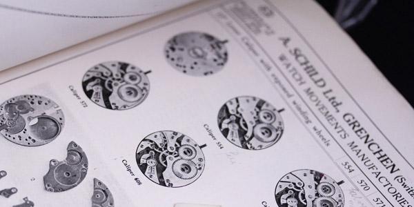 古い時計の機械と部品の本