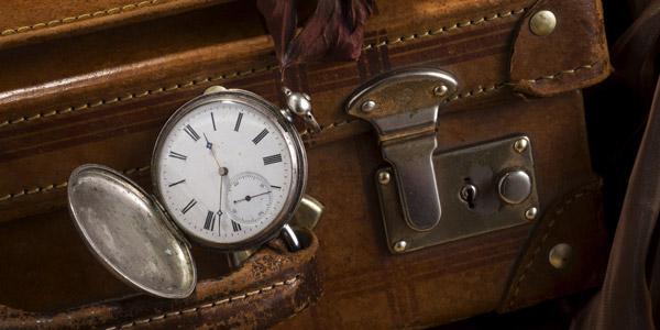 古い革のスーツケースと懐中時計