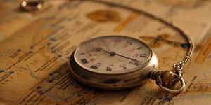 地図の上に置かれた懐中時計