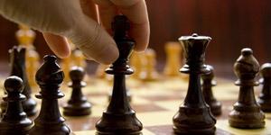 チェスの駒をつかむ