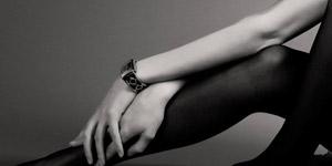 手を組んだ女性と腕時計