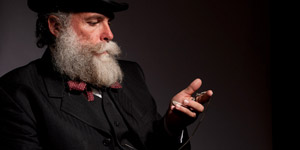 懐中時計を眺める髭をたくわえた紳士