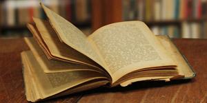 本棚と古い書物