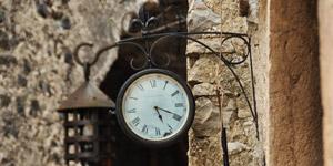 外壁に掛けられた店頭時計