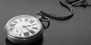 モノクロの懐中時計とチェーン