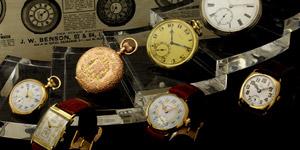 陳列された懐中時計と腕時計