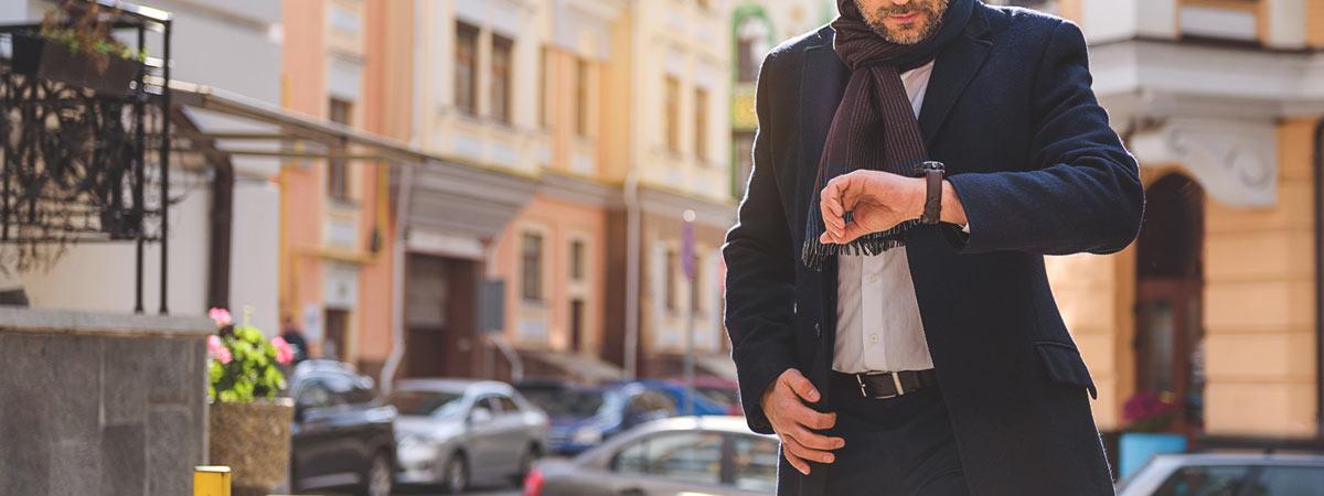 腕時計で時間を確認する紳士