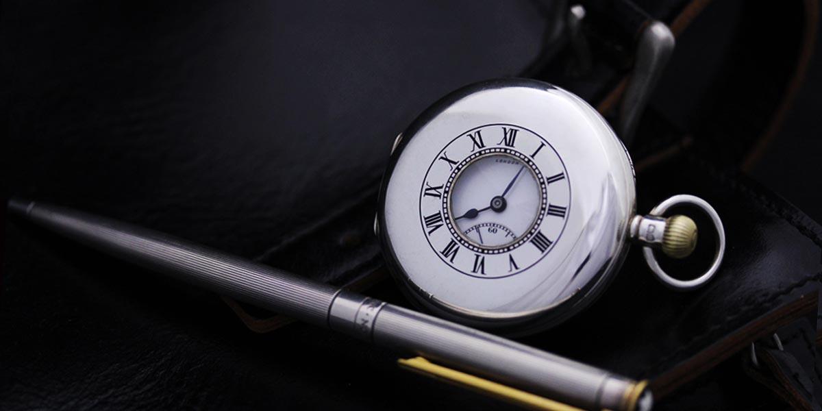 銀のアンティーク懐中時計とペン