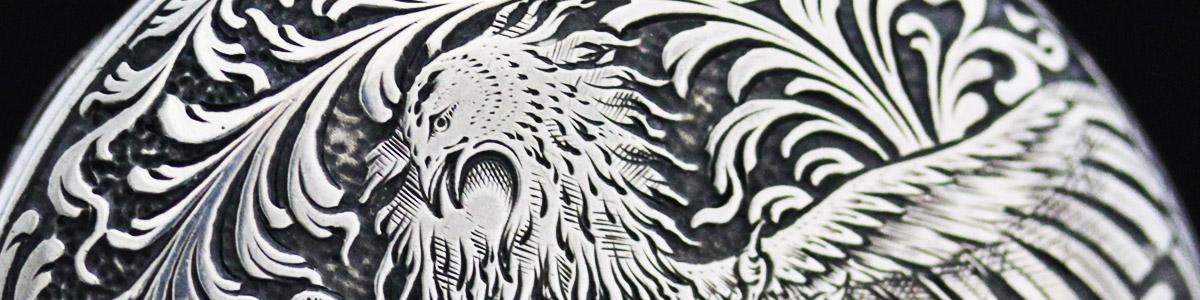 鳳凰の大胆かつ繊細な彫りの銀のケース